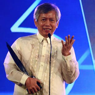Pete Lacaba receives the Gawad Urian Lifetime Achievement Award (Voltaire Domingo, NPPA Images)