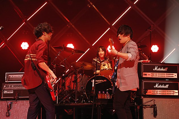 flumpool bassist Genki Amakawa and guitarist Kazuki Sakai playing to each other with drummer Seiji Ogura in the background. (Photo courtesy of Amuse Inc.)
