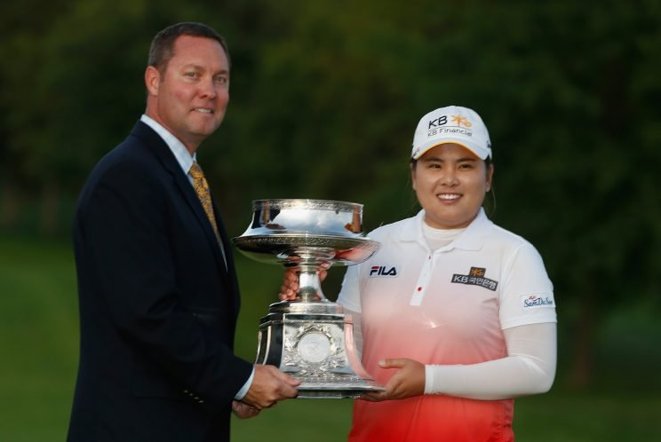 LPGA commissioner Mike Whan presents a trophy to Inbee Park. (Getty Images)