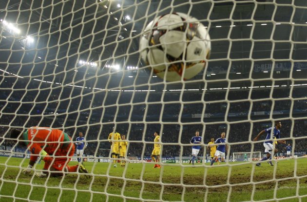 Schalke 04's Eric Maxim Choupo-Moting scores a disputed penalty goal against Sporting goal keeper Rul Patricio in their Champions League group G soccer match in Gelsenkirchen October 21, 2014.        REUTERS/Ina Fassbender (GERMANY  - Tags: SPORT SOCCER TPX IMAGES OF THE DAY)
