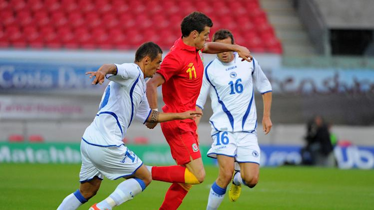 Wales' Gareth Bale takes the ball past Bonsia-Herzegovina's Sejad Salihovic (left) and Senad Lulic