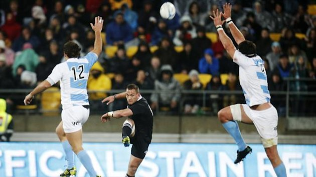 Argentina Pumas' Santiago Fernandez (L) and Manuel Carizza (R) attempt to smother a kick from New Zealand All Blacks' Aaron Cruden during the Rugby Championship (Reuters)