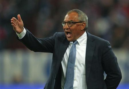 Felix Magath gestures during the German first division Bundesliga soccer match against Schalke 04 in Gelsenkirchen October 6, 2012. REUTERS/Ina Fassbender/Files