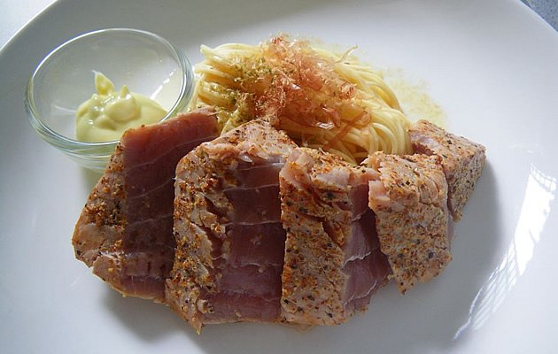 A Munch Ministry member makes Tuna Tataki with Butter Soya Sauce Pasta using the pan (Photo courtesy of W M Soh)