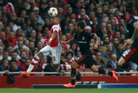 Arsenal's Alex Oxlade-Chamberlain (left) and Besiktas' Mustafa Pektemek in action