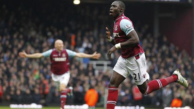 West Ham United's French-born Senegalese midfielder Mohamed Diame (R) celebrates scoring his goal to take the score to 2-1 during the English Premier League football match