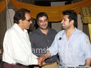 Dharmendra visits the sets of Abhay Deol's next production