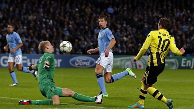 Borussia Dortmund's Mario Gotze (R) fails to score against Manchester City's goalkeeper Joe Hart