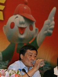 Zong Qinghou drinks one of his products at a press conference in Hangzhou, Zhejiang province in 2007. Zong Qinghou, who heads soft-drink producer Wahaha, and Wang Jianlin of property developer Wanda were the only two from mainland China to make it into the top 100 of Asia's richest people