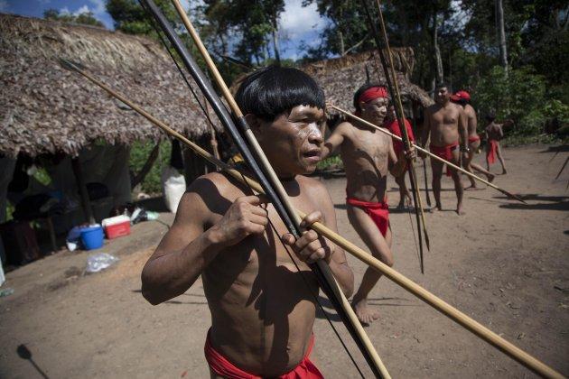 Indígenas Yanomami danzan en su poblado, llamado Irotatheri, en la región amazónica de Venezuela. Imagen del 7 de septiembre de 2012. (AP Photo/Ariana Cubillos, File)