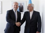 British Foreign Minister William Hague (L). shakes hands with Iran's Foreign Minister Mohammad Javad Zarif at the beginning of their bilateral meeting at the United Nations in New York September 23, 2013. REUTERS/Jason DeCrow/Pool