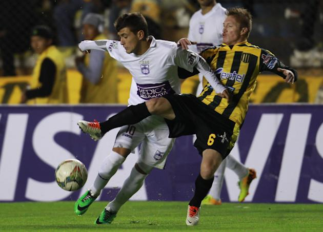 Uruguay's Defensor Sporting's Giorgian De Arrascaeta, left, fights for the ball with Bolivia's The Strongest's Alejandro  Chumacero at a Copa Libertadores soccer match in La Paz, Boliv