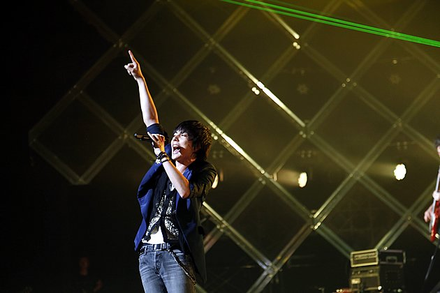 Lead singer Ryuta Yamamura rallies the crowd during their Tokyo show on Sunday night. (Photo courtesy of Amuse Inc.)