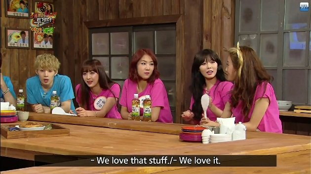 Dasom and Hyuna are big fans of Singapore's kaya toast. (Screengrab from YouTube video)