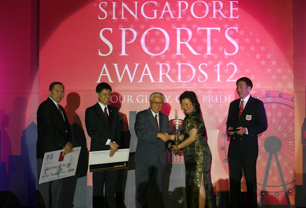 Joseph Schooling's mum receiving the award on his behalf from President Tony Tan. (Yahoo! photo/Daniel Teo)