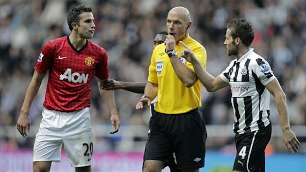 Referee Howard Webb talks to Newcastle United's French midfielder Yohan Cabaye (R) and Manchester United's Dutch striker Robin van Persie (L) (AFP)