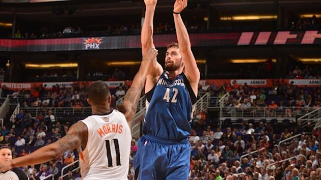 Kevin Love #42 of the Minnesota Timberwolves shoots against Markieff Morris #11 of the Phoenix Suns (Reuters)