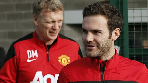 Manchester United's new signing Juan Mata (R) walks with club manager David Moyes as he arrives for a photocall at the club's Carrington training complex in Manchester, northern England, January 27, 2014. (Reuters)