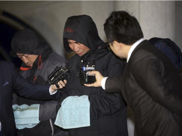 "Journalists ask Lee Joon-seok, captain of South Korean ferry ""Sewol."" questions s Lee walked out of court in Mokpo"
