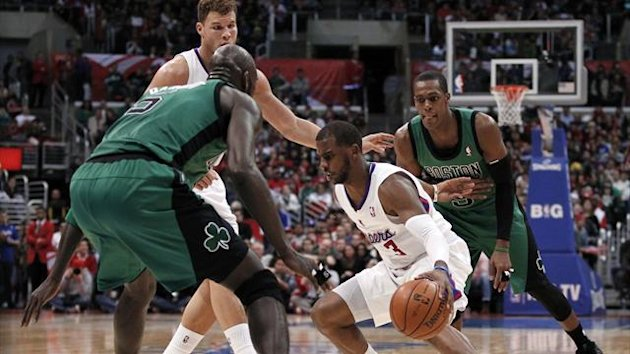 Los Angeles Clippers' Chris Paul (2nd R) weaves between Boston Celtics' Kevin Garnett (L) and Rajon Rondo (R) in front of teammate Blake Griffin