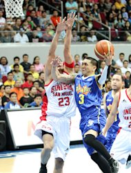 Jimmy Alapag drives strong to the basket. (PBA Images)