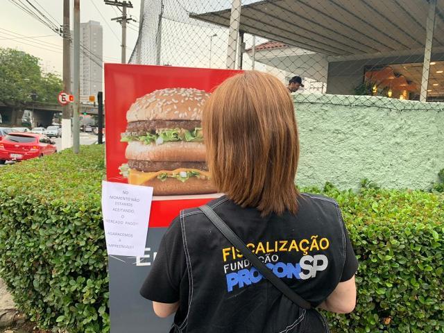 Procon的代理看到麦当劳关于应用程序不可用的警告。 照片:Procon-SP