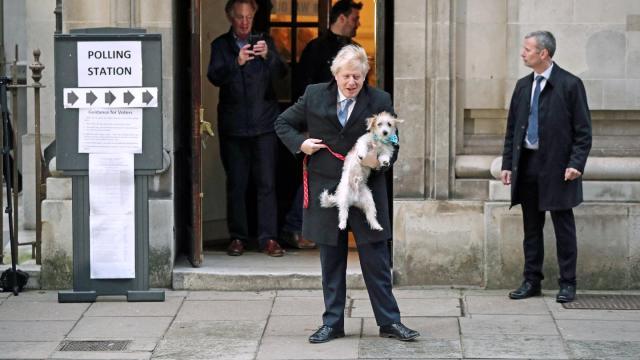 Boris Johnson verlässt mit seinem Hund Dilyn ein Wahllokal in London.
