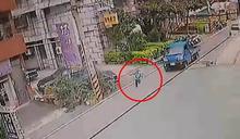 國小男童過馬路遭撞輾…斷氣前躺母懷裡「媽媽好痛…」