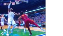 NBA》公鹿中鋒凶狠拉扯 「玫瑰」腳踝傷勢不樂觀(影音)