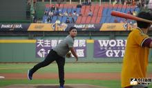 中華職棒/象迷胡智為開球 球場滿滿回憶