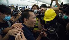 涉環時記者機場被綑綁 19歲青年今提堂