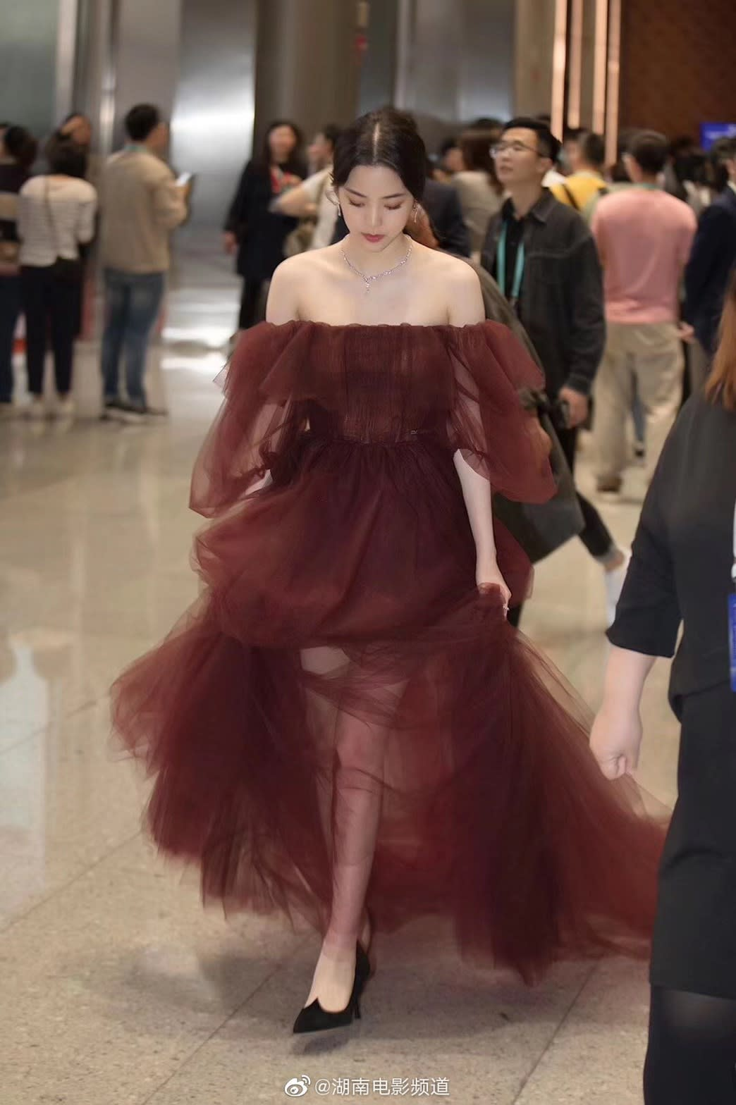 歐陽娜娜亮相金雞紅毯遭批「照騙」  粉絲力挺「氣質小仙女」
