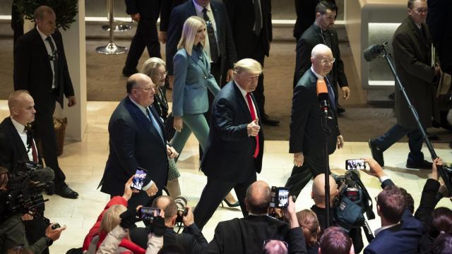 US-Präsident Donald Trump hält bei seiner Ankunft zum zweiten Tag des Weltwirtschaftsforums den Daumen hoch.