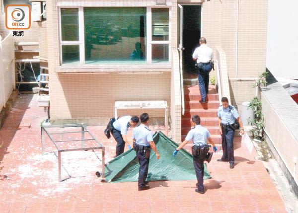 警員在場調查,以帳篷遮蓋遺體。(吳嘉誠攝)