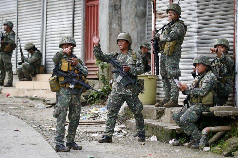 菲律賓政府軍28日在馬拉威市內休整,準備繼續進攻極端組織。(美聯社)