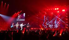 在台首唱新歌 謝霆鋒狂野刷吉他 (圖)