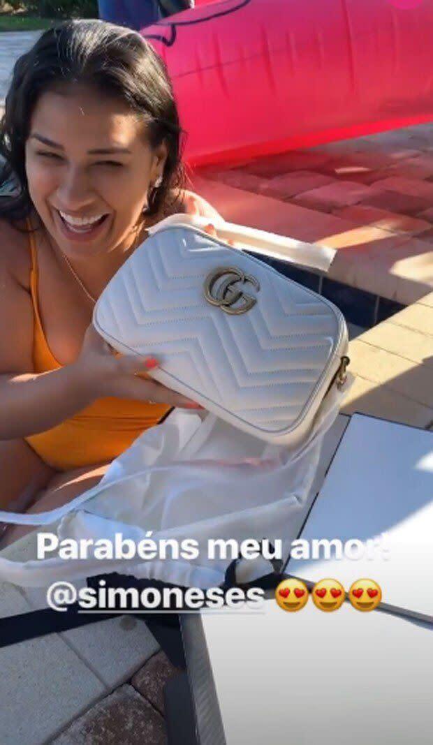 Simone posa com bolsa que ganhou de aniversário. Foto: reprodução/Instagram