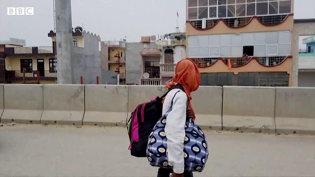肺炎疫情:記者採訪當場贈鞋給光腳走路回家的印度勞工