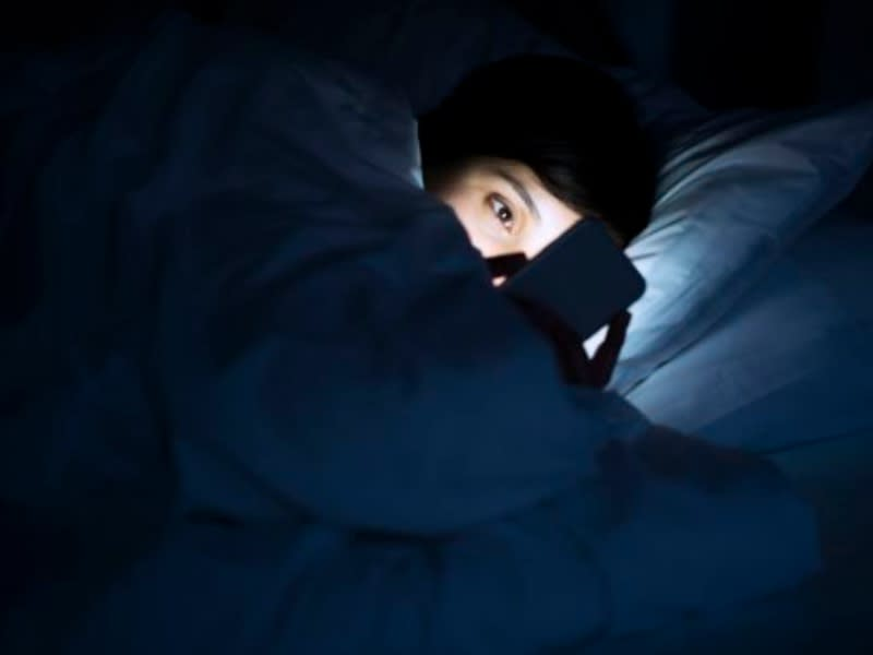 夜裡滑手機眼睛回不去了!名醫分享護眼撇步