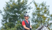 男星驚傳墜馬遭踩頭身 畫面超驚險