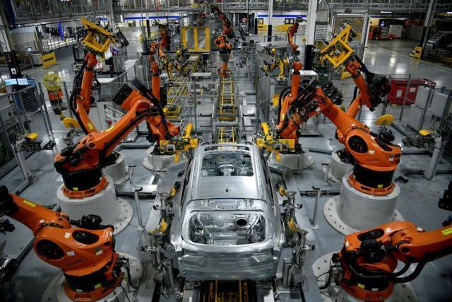 自主机器人将于2019年11月4日在美国南卡罗来纳州格里尔的宝马制造工厂组装X型SUV。路透社/ Charles Mostoller