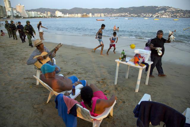 Una de las playas del icónico y popular puerto mexicano de Acapulco, Guerrero. (AP)