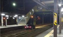 把鐵路當路口 日老翁開車誤闖鐵道