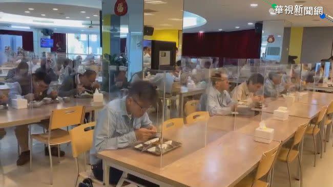 防口沫噴濺 中鋼員工餐廳裝透明隔板