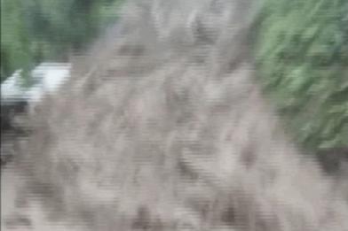 只差幾秒鐘!土耳其男驚險逃過土石流