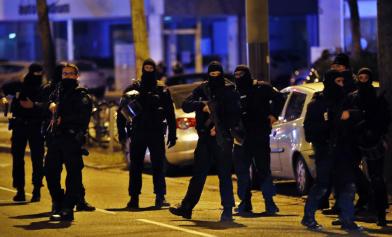 動員3國警力 大街上擊斃他