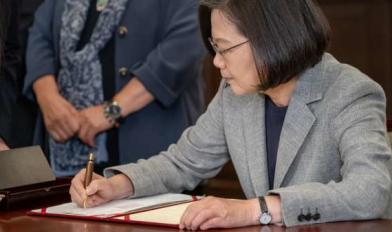 同婚專法簽署筆 蔡贈祁家威