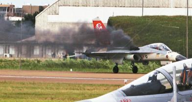 驚!空軍戰機秀竟天降冒煙機