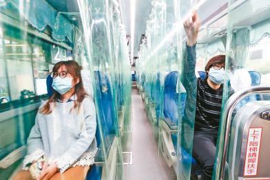 國光客運拚防疫 加裝透明簾區隔座位