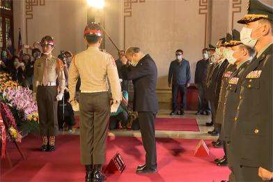 韓國瑜春祭 糾正憲兵「插香正一點」